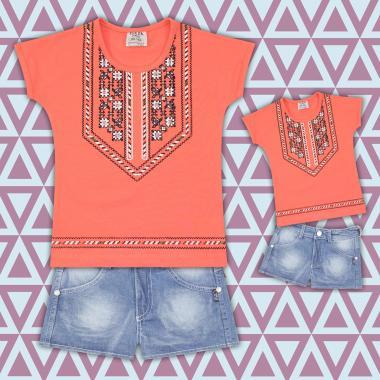 комплект дънкови бермуди и блуза с фолклорни мотиви в  праскова
